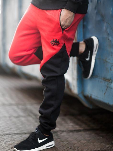 Zobacz Cross Red Black marki UrbanCity w kategorii Spodnie w UrbanCity.pl! Spodnie dresowe jogger Urban City. MATERIAŁ: 90% bawełna, 10% poliesterGRAMATURA: 280gNADRUK: sitodrukZDOBIENIA: haft DODATKOWE INFORMACJE: dwie boczne kieszenie zapinane na suwak tylna kieszeń wsuwana - zapinana na rzep wysokiej jakości nadruk w formie logotypu wyhaftowany napis umieszczony z tyłu wygodna guma ściągająca w pasie ze sznurkiem nogawki zakończone ściągaczem wyprodukowane w Polsce produkt dostępny…