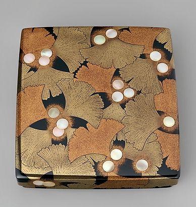 室瀬和美作 公孫樹蒔絵螺鈿硯箱 Writing box (Suzuribako) with Ginkgo Leaves.   Artist:Murose Kazumi (Japanese, born 1950).  Period:Heisei period (1989–present) Date:2015.  Culture:Japan.  Medium:Lacquered wood with gold and silver togidashimaki-e, hiramaki-e and mother-of-pearl inlay