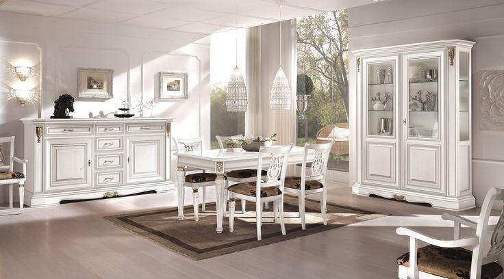Sala da pranzo con tavolo allungabile, laccato bianco con particolari oro anticato.