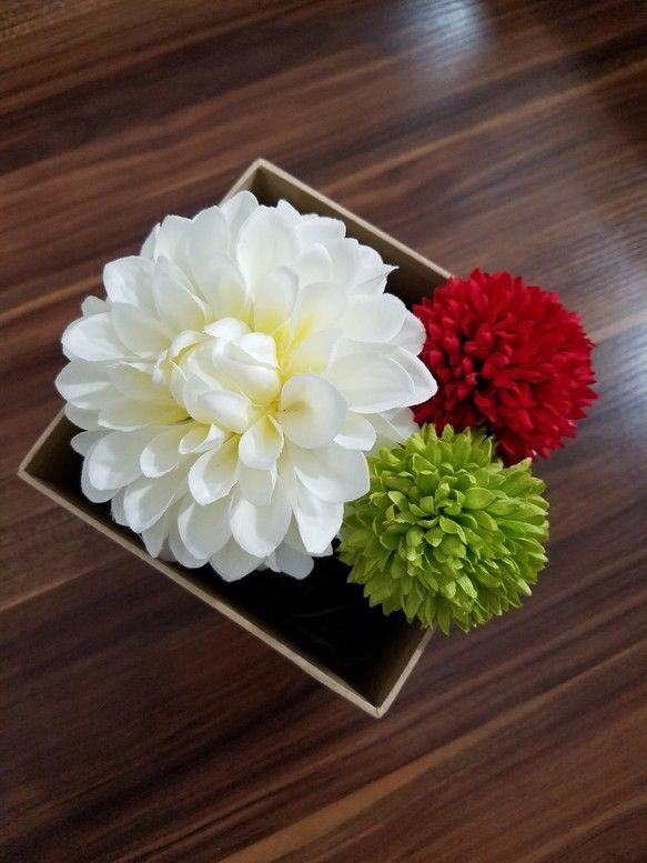 和装の髪飾りになります☆しっかりとした素材の造花を使用していますので、高級感があります☆白ダリア→花径約14センチ赤・黄緑ピンポンマム→花径約6.5センチ後ろはUピンで作ってあります☆