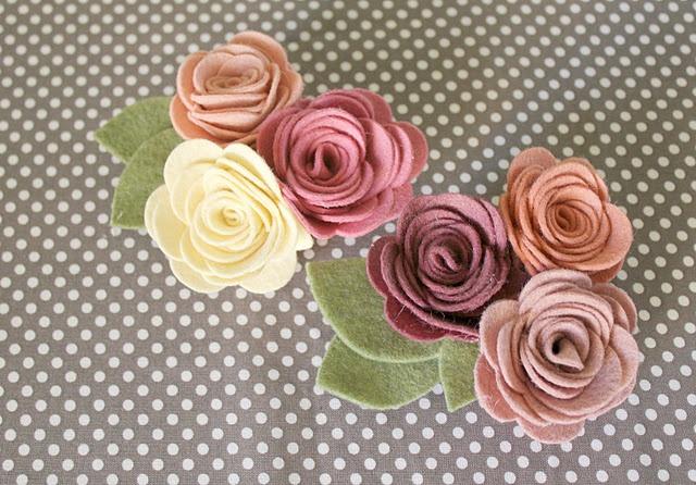 tutorial: Brooches Tutorials, Crafts Ideas, Felt Flowers Tutorials, Felt Crafts, Felt Rose Brooches, Whimsy Lane, Felt Roses, Diy, Fabrics Flowers
