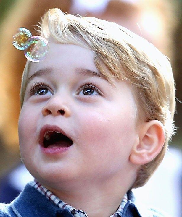 自分で飛ばしたシャボン玉を見つめるジョージ王子もキュート