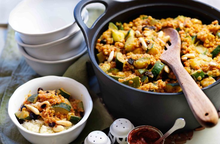 Recept på linsgryta med harissa, russin och mandel.Knaprig mandel passar fint till de mjuka konsistenserna.