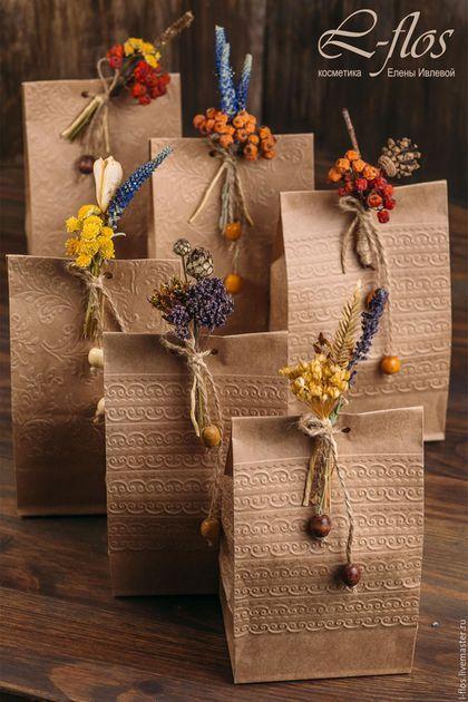 Купить или заказать Подарочная упаковка с бутоньеркой из сухоцветов в интернет-магазине на Ярмарке Мастеров. Подарочная упаковка несет в себе несколько важных функций. Главная из них – создать первое впечатление. Красиво оформленный подарок поднимает настроение и создает праздничную атмосферу. Подарочная упаковка способна подчеркнуть сам подарок. Тогда он становится ценнее в глазах одариваемого в несколько раз! Бумажный пакет с бутоньеркой из сухоцветов поможет закончить индивидуальный образ…