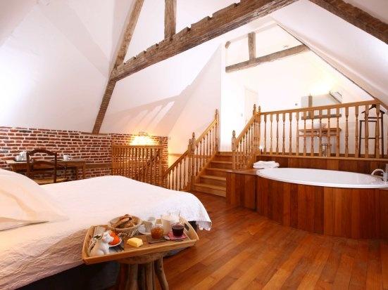 pas de calais- the bath has room for FOUR!!