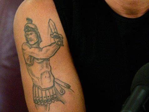 Francesco Totti tiene en el hombro un gladiador.