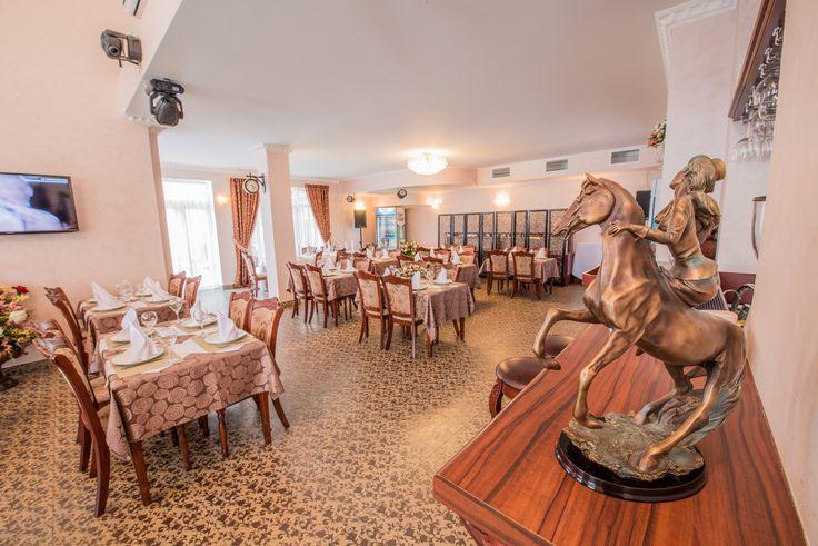 Один из лучших ресторанов Крыма с летней площадкой в Центральном корпусе общей площадью 160 кв.м рассчитан на 100 посадочных мест и прекрасно подойдет для проведения любого тожества в Ялте в классическом стиле.