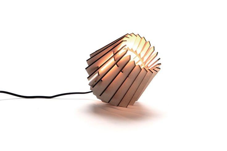 De MINI-SPOT Van Tjalle en Jasper is een moderne klassieker in de wereld van Dutch Design. Dit kleine lampje is populair om cadeau te geven, maar is stiekem nog leuker om te krijgen! De MINI-SPOT wordt met een lasersnijder gemaakt in een sociale werkplaats in Amsterdam.