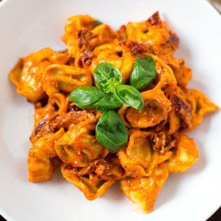Rezept für 15-Minuten Tortellini mit Tomatensauce und Basilikum mit getrockneten Tomaten, Knoblauch, Sahne und frischem Basilikum. Einfach und SO gut.