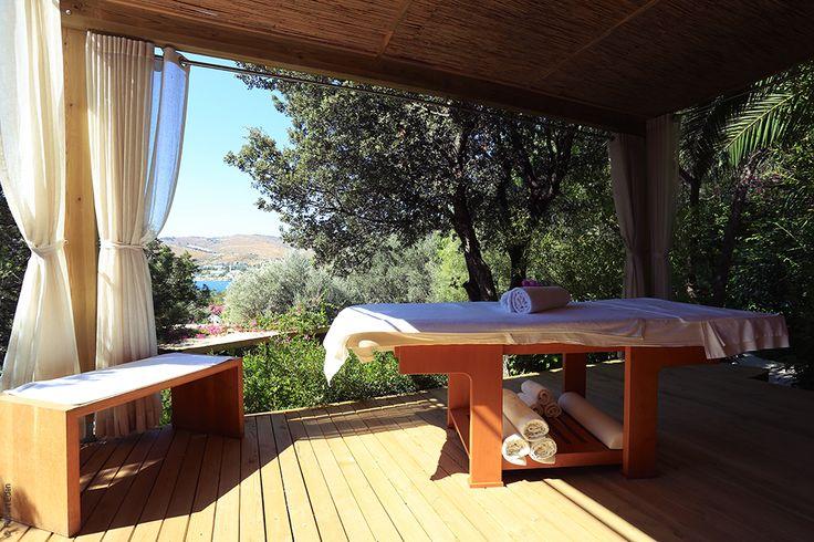 En plus de ses 5 cabines (dont deux en extérieur), le Spa NUXE de l'Hôtel Le Maçakizi à Bodrum propose de vivre une expérience magique avec trois tentes de massages blotties au coeur de la végétation, face à la mer. #NUXE #Spa #SpaNUXE #Détente #BienEtre #Cocooning #Beauty #Turquie #Bodrum