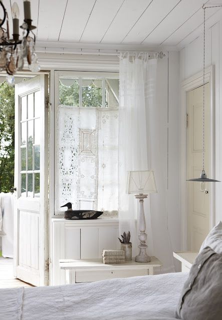 LILLA BLANKA: Romantisk gardin ~ Romantic curtain. Would love a door that went onto a balcony in the master bedroom!