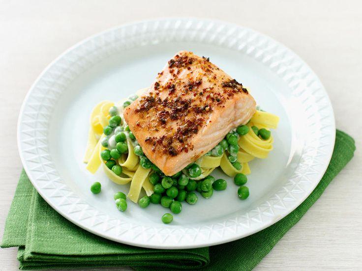 Ovnsstekt laks med pasta og erter - Kjempegod og enkel lakserett som er like god hele året! Prøv gjerne med grønn tagliatelle, det harmonerer godt med ertene og laksen.