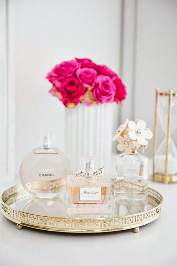 Una bandeja y un perfume para decorar tu mesita de noche