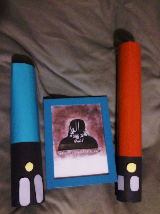 Star wars gift wrapping (lightsabers) and a funny picture - Sith happens :)