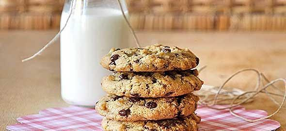 Δείτε πώς θα φτιάξετε λαχταριστά σοκολατένια μπισκότα για τα παιδιά, με αγνά και θρεπτικά υλικά, όπως βρώμη, γιαούρτι και ταχίνι.