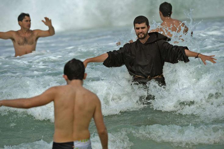 Río de Janeiro, Brasil, 28 de julio de 2013. Un monje franciscano se baña en la playa de Copacabana tras la misa de clausura del papa Francisco en su visita a Brasil por la celebración de la Jornada Mundial de la Juventud. Foto: AFP.