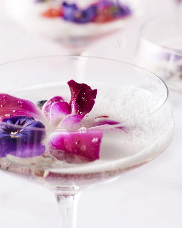 Deze champagne punch serveer je in een grote kom (punch bowl) en kunnen je gasten dan naar believen opscheppen in mooie coupes. Erg feestelijk!