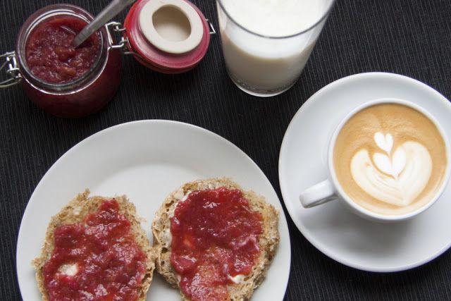 Morgenmad med hjemmelavet syltetøj og mandens hjemmeristet kaffe // Breakfast