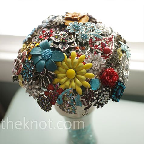 A bouquet using brooches and jewelry. I am considering a bouquet like this.