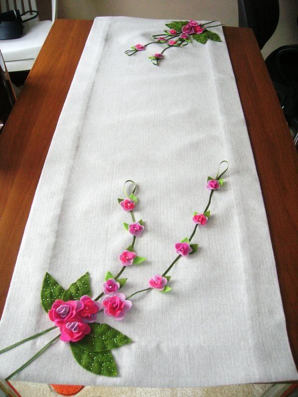 Masanızı renklendirecek hoş bir Runner ...Ölçüler 1,23x45 cm .Keten kumaş üzerine keçe çiçeklerle işlenmiş runner.Hareketli olarak tasarladığım için çiçek saplarını özellikle dikmedim bence bu runner  a ayrı bir hava kattığını düşünüyorum.Yaprakların damarları yeşil boncuklarla belirginleştirildi.Karşılıklı çiçekler farklı olarak dizayn edildi.İçimden geldiği gibi yorumladım güzel oldu:)