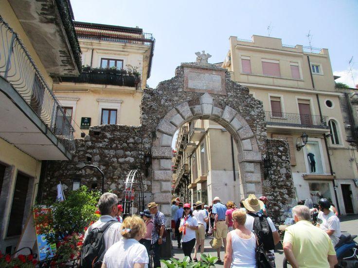Turisté u oblouku v Taormině - Sicílie