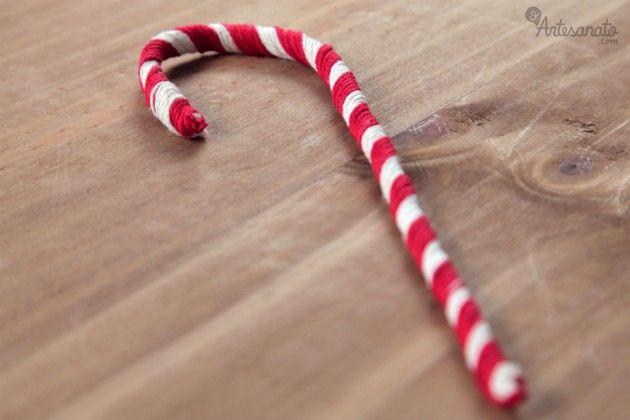 A bengala doce de Natal é um dos enfeites mais usados nas festividades de fim de ano. Consiste em uma bengalinha enrolada com duas cores que dão a impressão de ser um docinho. É muito simples de fazer e fica lindo na decoração.