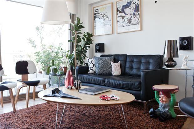 Alfombra Shaggy (Design Carpets); sillón Florence en cuero negro (Manifesto) con almohadones (Picnic), dos sillas Eames y lámpara de pie (Manifesto)..