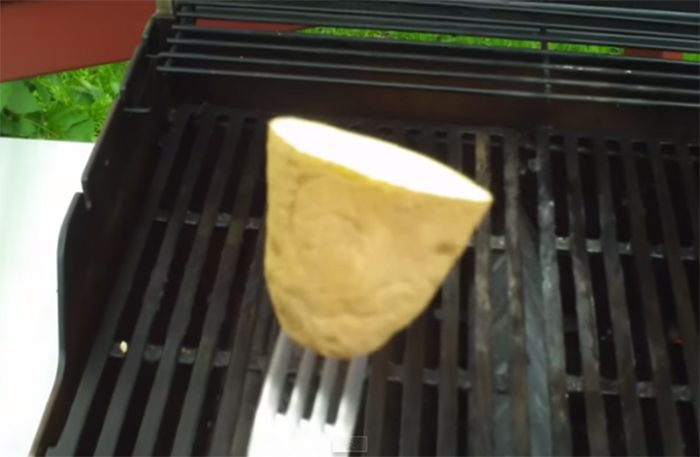 En halv rå potatis kommer rädda din grillsommar – så smart