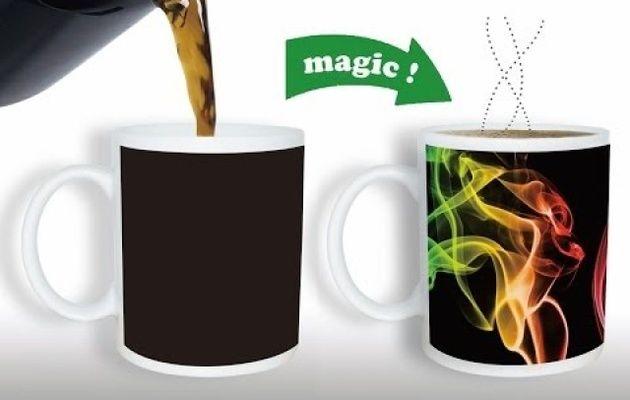 Un mug magique ? Mais c'est quoi un mug magique? Je vous laisse découvrir cette vidéo qui vous montrera le fonctionnement de ce mug :) Si ce mug vous intéresse, nous vous invitons à personnaliser vous même le même en question sur notre site :)  http://so-creativity.com/52-mugs-personnalises-magique