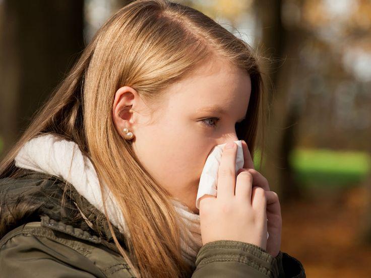 """Se l'arrivo del polline ti scatena l'allergia e ti trasforma in... trombettista di naso, non disperare. Ecco una possibile soluzione permigliorare la tua vita. Un ultimo... atchoum? Gli starnuti, i pizzicori, le lacrime e gli arrossamenti tipici delle allergie respiratorie sono legati a una sostanza rilasciata dal nostro sistema immunitario: l'istamina. Per """"disattivare"""" la maledetta molecola"""