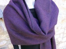 Stole in merino wool and Kid-Mohair woven by hand on traditional looms. The Warp is of merino in various colors of violet and blue, the plot in merino and Kid-Mohair in violet. The stole has been hand-knotted on both sides. #madeinitaly #artigianato #stola #stole