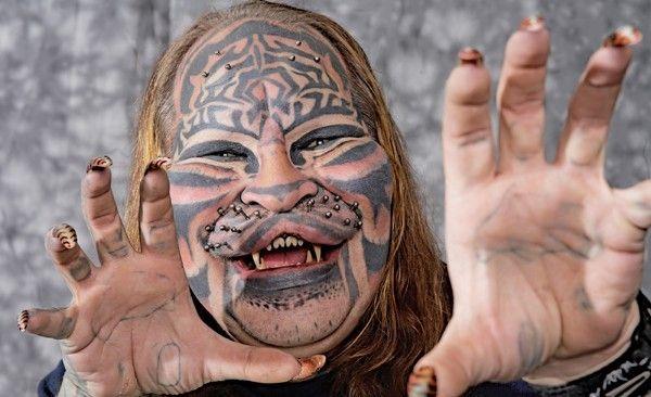 Stalking Cat - Tatuagens, implantes de silicone no rosto, dentes pontiagudos, orelhas cirurgicamente apontada, piercings, bigodes acoplável, garras, um lábio superior bifurcada e até mesmo cauda de um tigre animatrônicos.  Ele está passando por estes procedimentos nos últimos 20 anos, porque ele cresceu em uma tribo do nativo americano e sua crença em seus costumes levou-o a transformar-se em seu animal totem - O Tigre