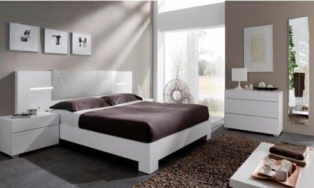 un linge de lit couleur chocolat et un tapis marron dans la chambre à coucher en blanc et beige clair