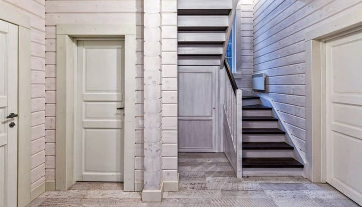 Во входной зоне под лестницей обустроена гардеробная для верхней одежды.
