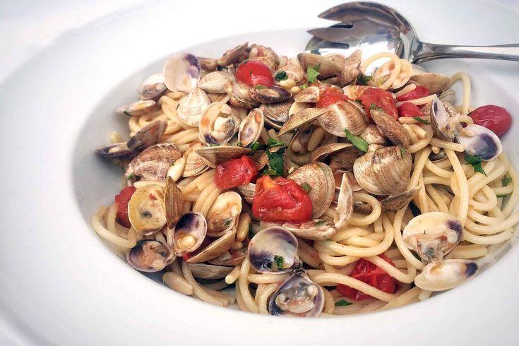 Gli spaghetti con le vongole: la ricetta con pinoli e pomodorini