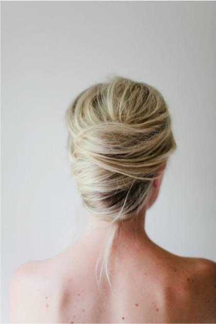 【ピンの留め方のヒント】 ピンを開いて留めるのではなく、ピンは閉じたまま、フレンチツイストのカールしている部分の外側の部分からスーッと髪に刺すようにして留めましょう。 別のピンを使って同じようにして髪の毛を留めていきますが、髪型を固定するために先ほど留めたピンとクロスして×印にして留めます。フレンチツイストにカールしした部分の上・真ん中・下の部分をピンで固定しましょう!