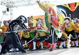Garabato:  La Danza del Garabato es una danza típica de la costa atlántica en Colombia que caricaturiza un enfrentamiento entre la vida y la muerte. La palabra garabato es el nombre dado al palo de madera con forma de gancho en uno de sus extremos, que lleva colgadas unas cintas de colores rojo, amarillo y verde (colores de la bandera de Barranquilla), y que llevan los integrantes masculinos de la danza. Este integra los diferentes aspectos que se demuestra en las creencias que representa.