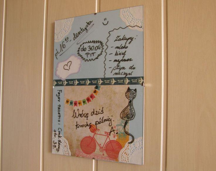 Żeby stworzyć ciekawą dekorację ścienną do kuchni, możesz wykorzystać przydatną tablicę do pisania mazakiem. Nie tylko ozdobi ona kuchnię, lecz także będzie miejscem na szybkie notatki dla całej rodziny. Zobacz, jak zrobić tablicę do kuchni krok po kroku