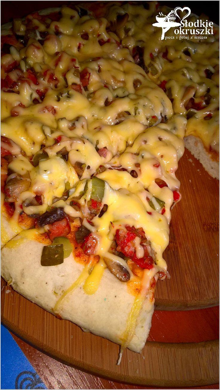 Domowa pizza na grubym cieście (z farszem na bazie kiełbasy, pieczarek i…