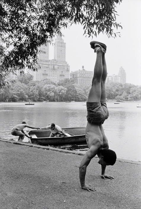 I LOVE this photo   Central Park New York 1985  Photo: Ferdinando Scianna   black & white photography   help   assistance   pull   trouble on the lake   rowboat   exercise   handstand   fitness   pushups   NYC  1980's   body body   moment captured   www.republicofyou.com.au