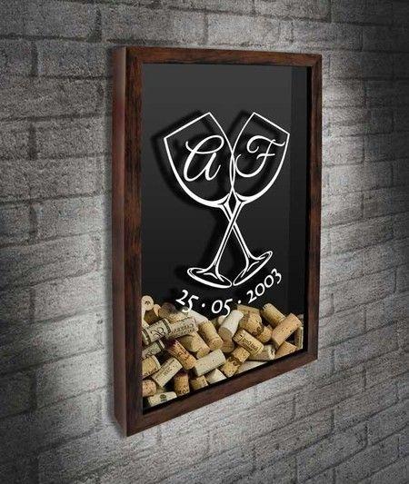 Quadro para Rolhas para Personalizar - Taças e Monograma  Presente perfeito para casais. Tem o desenho de duas taças entrelaçadas com as iniciais do csal dentro das taças. Abaixo está a data comemorativa, que é opcional.  #quadropararolhas #vinho #portarolhas #espaçogourmet #wine