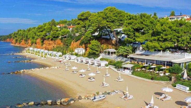 Όταν η Costiera Amalfitana συναντά τη Χαλκιδική και τις ελληνικές παραλίες και η υψηλή γαστρονομία βρίσκεται πλάι σε ένα κελάρι παγκόσμιας κλάσης, τότε το ξενοδοχείο που καταφέρνει να τα συνδυάσει δίκαια θεωρείται ένα από τα καλύτερα της χώρας!