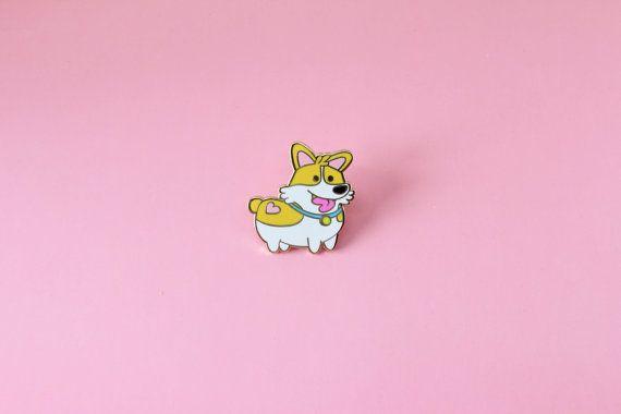 Wie wil snuggles?? Deze schattige corgi hond is zeker voor sommige knuffels, en misschien de koekjes in sommige hondje hebt u! Of beter van niet want hij al een beetje aan de mollige kant is. Als u graag uw billijk aandeel van knuffels zo goed of net als corgi honden, waarom niet iedereen laten zien door dit kleine puppy op uw denim, jas, of waar je liever!  De revers speld is 1,25 van oor tot teen en is gemaakt van duurzaam emaille materiaal, met een gouden metalen afwerking en een…