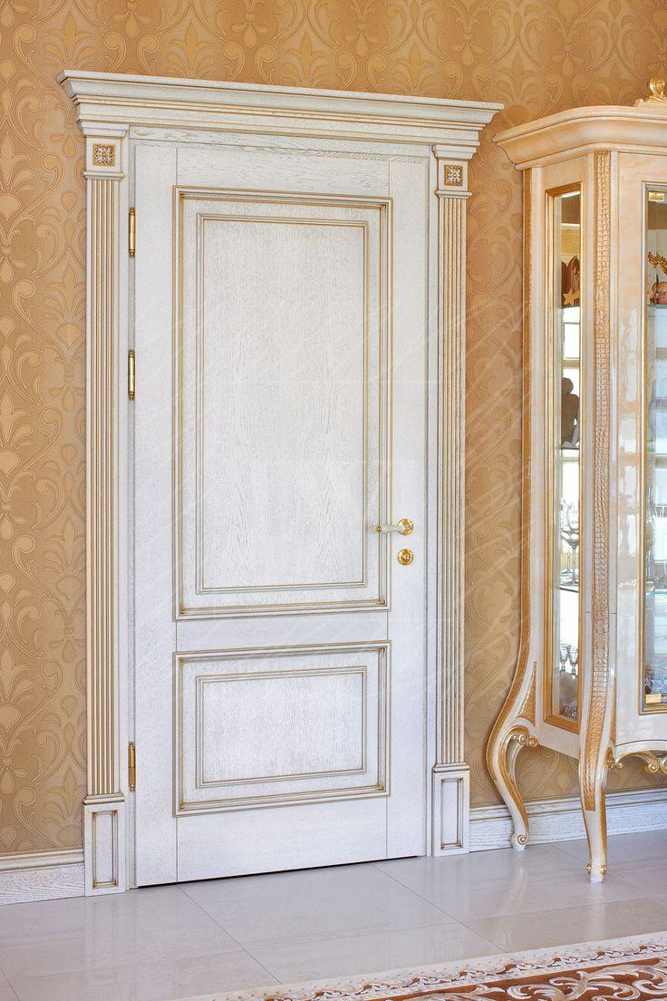 Белая межкомнатная дверь с декоративным карнизом и резными элементами