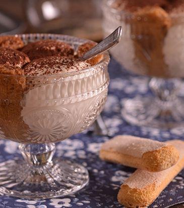Βάζουμε τα μπισκότα πάνω σε μια σχάρα και μ' ένα πινέλο τα βρέχουμε και από τις δύο πλευρές με το ζεστό σιρόπι.