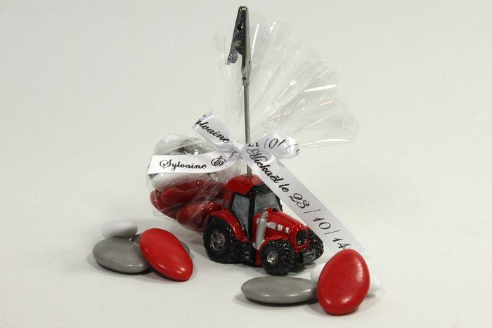 Marque Place ou Porte nom tracteur rouge, Idéal comme cadeau de table pour les invités. Contenant à dragées déjà garni 8 dragées, fini et personnalisé