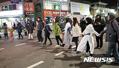 12/10/2016: The National Assembly approved the presidential impeachment motion. South Korean protestors calling for president to resign - NEWSIS