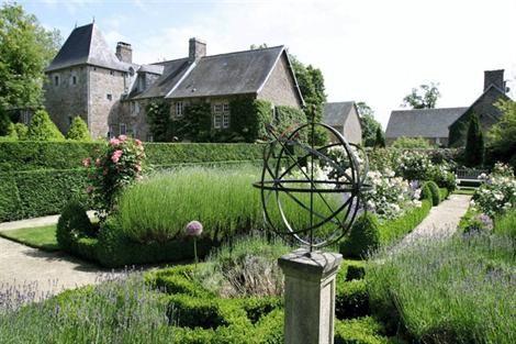 nice pedestal to mount the copper weathervane  Le manoir d'Argences et ses magnifiques jardins.