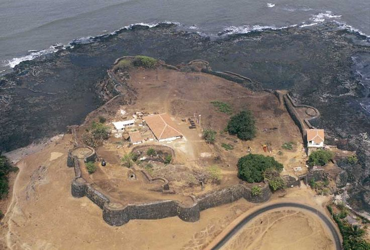 An awesome beach front stronghold that is situated at the tip of a landmass in Ratnagiri District.