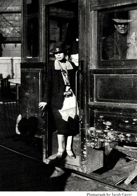 Chile, Valparaíso. Cobradora de tranvia del Puerto de Valparaiso, año 1920.